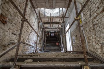 Hradečtí archeologové objevili u historického schodiště Bono publico část pravěkého valu z doby bronzové, který sloužil jako opevnění a v něm zlomky keramiky i pazourkové nástroje. Výzkum umožnila rekonstrukce historického schodiště (na snímku z 11. září 2018), které má 70 stupňů a je charakteristické třemi věžičkami postavenými nad třemi odpočívadly.