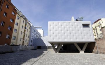 Ocenění za mimořádný přínos architektuře v posledních pěti letech, cenu Architekt roku 2018, získal 11. září 2018 v Praze architekt a pedagog Petr Hájek. K jeho známým pracím patří mimo jiné rozšíření pražského centra umění DOX (na archivním snímku z 20. dubna 2018).