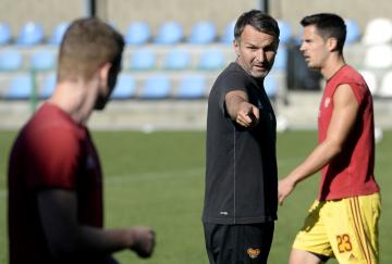 Nový trenér fotbalistů Dukly Praha Roman Skuhravý (uprostřed) se představil 12. září 2018 v tréninkovém areálu v pražských Satalicích.