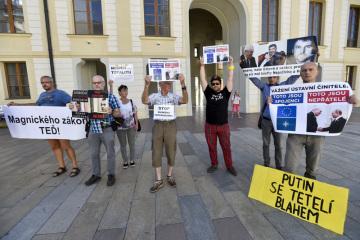 Členové aktivistické skupiny Kaputin protestovali 12. září 2018 v areálu Pražského hradu proti zahraniční politice prezidenta Miloše Zemana. Na Hradě se konala schůzka nejvyšších ústavních činitelů, tématem měla být právě zahraniční politika.