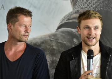 Německý herec Til Schweiger a britský herec William Moseley (vpravo) se 13. září 2018 v Praze zúčastnili tiskové konference k připravovanému historickému velkofilmu režiséra Petra Jákla Jan Žižka.