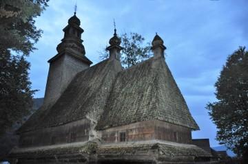 Ukrajinské městečko Koločava, které proslavil román Ivana Olbrachta Nikola Šohaj loupežník, se chlubí dřevěným kostelíkem ze 17. století (na snímku z 5. září 2018). Za komunismu zde byl nejprve sklad brambor, pak muzeum ateismu.