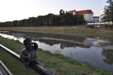 Jedna z drobných plastik (na snímku z 6. září 2018) zdobících Užhorod, správní středisko Zakarpatské oblasti Ukrajiny, ztvárňuje dobrého vojáka Švejka. V pozadí je řeka Už a lipová alej, údajně nejdelší v Evropě. Československá minulost se v Užhorodu zdá být všudypřítomná.