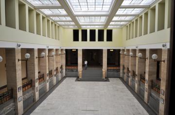 Interiér budovy oblastní správy postavené původně pro československé úřady v 30. letech minulého století v užhorodské České čtvrti (na snímku z 6. září 2018). Československá minulost je ve městě nepřehlédnutelná, dnes je správním střediskem Zakarpatské oblasti Ukrajiny.