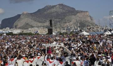 Papež František projíždí mezi věřícími během své návštěvy v Palermu.