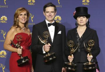 Protagonisté seriálu The Marvelous Mrs. Maisel (zleva) Sheila Lawrenceová, Daniel Palladino a Amy Sherman-Palladinová s cenami Emmy za nejlepší komediální sérií.