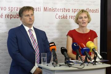 Ministr spravedlnosti Jan Kněžínek (vlevo) a ředitelka Probační a mediační služby Andrea Matoušková vystoupili 21. září 2018 v Praze na tiskové konferenci k zavedení elektronických náramků pro vězně do praxe.