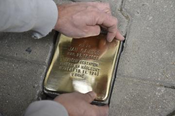 Osud protinacistického odbojáře, trojnásobného mistra světa v tělocviku a stříbrného z olympijských her v roce 1928 Jana Gajdoše připomíná od 23. září 2018 takzvaný kámen zmizelého. Do dlažby v Kuklenské ulici v Brně-Židenicích, kde Gajdoš žil, jej nechala svému někdejšímu členovi zasadit tělovýchovná jednota Sokol. Nápis na kameni připomíná, že Gajdoš zemřel v listopadu 1945 na následky věznění v nacistických kriminálech.