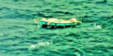 Poškozená jachta zraněného indického jachtaře Abhiláše Tomyho v Indickém oceánu.