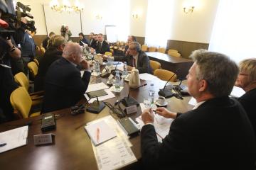 Sněmovní mandátový a imunitní výbor pokračoval 25. září 2018 v Praze v projednávání žádosti policie o vydání poslance KSČM Zdeňka Ondráčka k trestnímu stíhání. Vpravo sedí předseda výboru Stanislav Grospič (KSČM)