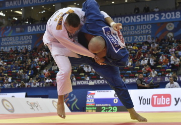 Mistrovství světa v judu - muži nad 100 kg, 26. září 2018 v Baku. Český judista Lukáš Krpálek (v bílém) v prohraném čtvrtfinále s Ušangim Koraurim z Ázerbájdžánu.