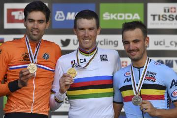 Zleva stříbrný Nizozemec Tom Dumoulin, vítězný Australan Rohan Dennis a bronzový Victor Campenaerts z Belgie.