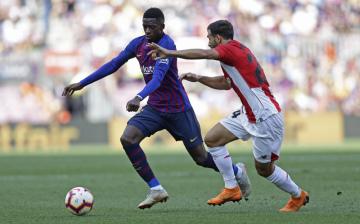 Fotbalista  Barcelony Ousmane Dembélé (vlevo) a Mikel Balenziaga z Athletica Bilbao v utkání španělské ligy.