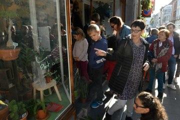 Historička designu Iva Knoblochová hovořila 29. září 2018 před výlohou květinářství v bruselské čtvrti Ixelles, v níž jsou vystaveny české designové výrobky. Netradiční výstava pořádaná ke stému výročí vzniku Československa obsadila v Bruselu výlohy skoro dvou desítek obchodů.