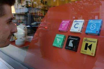 Muž si 29. září 2018 prohlížel české designové výrobky ve výloze obchodu v bruselské čtvrti Ixelles. Netradiční výstava pořádaná ke stému výročí vzniku Československa obsadila v Bruselu výlohy skoro dvou desítek obchodů.