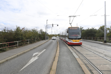 Vedení hlavního města vybralo vítěze architektonické soutěže na nový most přes Vltavu, který má v budoucnu propojit Prahu 5 a Prahu 4. Stal se jím návrh vypracovaný ateliéry Tubes a Atelier 6. Most bude určen pro tramvaje, pěší a cyklisty. Na snímku z 2. října 2018 je tramvajová zastávka Lihovar v Nádražní ulici v Praze, kde by mělo být západní vyústění mostu.