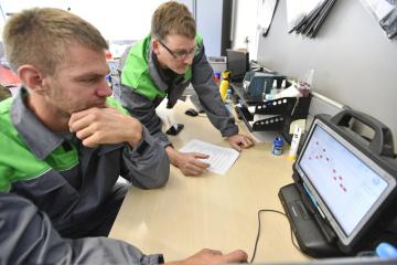 Skifař Ondřej Synek provádí kontrolu technického stavu svého vozu v komplexu firmy Přerost a Švorc Auto v Praze, kde 4. října 2018 plnil sázku, že bude pracovat v autoservisu, kterou před mistrovstvím světa ve veslování uzavřel se společností Škoda Auto.