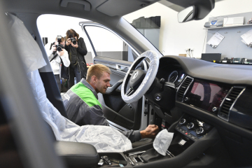 Skifař Ondřej Synek provádí kontrolu technického stavu svého vozu a výměnu letních pneumatik za zimní v kompexu firmy Přerost a Švorc Auto, kde 4. října 2018 plnil sázku, že bude pracovat v autoservisu, kterou před mistrovstvím světa ve veslování uzavřel se společností Škoda Auto.