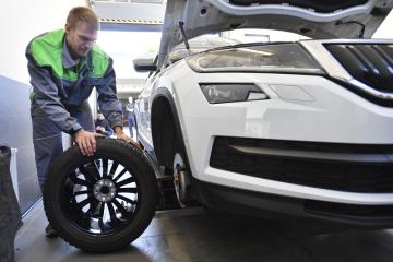 Skifař Ondřej Synek provádí kontrolu technického stavu svého vozu a výměnu letních pneumatik za zimní v komplexu firmy Přerost a Švorc Auto v Praze, kde 4. října 2018 plnil sázku, že bude pracovat v autoservisu, kterou před mistrovstvím světa ve veslování uzavřel se společností Škoda Auto.