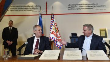 Prezident Miloš Zeman (vlevo) vystoupil 5. října 2018 v Jízdárně Pražského hradu na tiskové konferenci uspořádané při příležitosti jeho návštěvy výstavy Doteky státnosti. Vpravo na snímku je kancléř Vratislav Mynář.