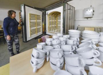 Při Dnech otevřených ateliérů na Vysočině si 6. října 2018 mohli návštěvníci keramické dílny v Nové Říši prohlédnout novoříšskou keramiku. Od běžné produkce ji odlišuje věrohodné vyobrazení rostlin, které tvoří herbář z 18. století uložený v knihovně kláštera v Nové Říši na Jihlavsku. Originální novoříšskou keramiku zdobí už 45 rostlinných motivů. Na snímku je Máša Mykolenková, která pro dílnu pracuje od jejího vzniku v roce 2001, u keramické pece.