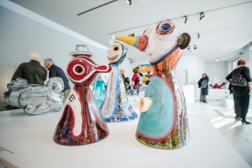 Výtvory Michala Machata (na snímku ze 7. října 2018) v novoborském Sklářském muzeu na výstavě děl vytvořených v rámci Mezinárodního sklářského sympozia (IGS), které se už potřinácté uskutečnilo v Novém Boru a jeho okolí za účasti 50 výtvarníků z celého světa.