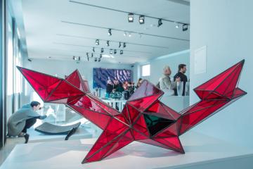 Plastika s názvem Point od Jana Kalába (na snímku ze 7. října 2018) v novoborském Sklářském muzeu na výstavě děl vytvořených v rámci Mezinárodního sklářského sympozia (IGS), které se už potřinácté uskutečnilo v Novém Boru a jeho okolí za účasti 50 výtvarníků z celého světa.