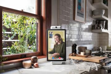 Facebook uvádí na trh první elektronické zařízení pod svou značkou. Má zjednodušit videohovory, je vybaveno obrazovkou a kamerou s umělou inteligencí.