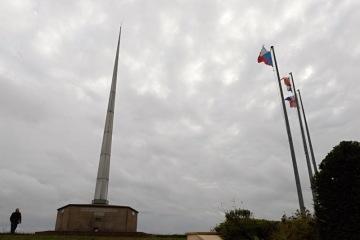 Pomník československých legií na místě jejich tábora Kléber na kopci poblíž francouzského městečka Darney na snímku pořízeném 21. září 2018. Současný památník pochází z roku 1968, ten původní z roku 1938 zničila za druhé světové války německá okupační armáda. Přítomnost československých legionářů v Darney před sto lety si městečko s více než tisíci obyvateli připomíná dodnes.
