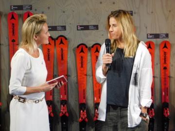 Česká sjezdařka Ester Ledecká odhalila 11. října 2018 svoji fotografii na zdi slávy v továrně výrobce lyží Atomic v rakouském Altenmarktu. Vlevo je bývalá vítězka Světového poháru Rakušanka Alexandra Meissnitzerová.