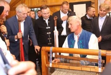 Český prezident Miloš Zeman (vlevo) navštívil 11. října 2018 spolu s prezidenty Slovenska, Maďarska a Polska Múzeum Liptovskej dediny v Pribyline. Druhý zleva je polský prezident Andrzej Duda. Snímek ukazuje klasickou výrobu látek na tkalcovském stavu.