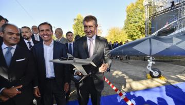 Premiér Andrej Babiš (vpravo), spolumajitel investiční skupiny Penta Marek Dospiva (uprostřed) a předseda představenstva Aera Vodochody Giuseppe Giordo (vlevo) pózují pro fotografy s modelem nového letounu L-39NG, který Aero představilo 12. října 2018 ve svém areálu v Odolené Vodě u Prahy. Stroj je nástupcem legendárního cvičného letounu L-39 Albatros. Sériová výroba začne v roce 2020.