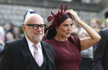 Herečka Demi Moore (vpravo) na svatbě britské princezny Eugenie.