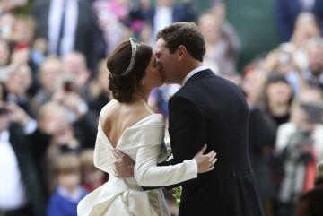Britská princezna Eugenie se v kapli svatého Jiří na hradě Windsoru vdala za svého přítele Jacka Brooksbanka, na snímku polibek po obřadu.