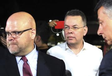 Americký pastor Andrew Brunson (uprostřed) na letišti v turecké Smyrně poté, co ho propustil soud.