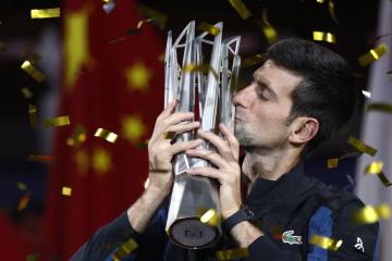 Srbský tenista Novak Djokovič s trofejí pro vítěze turnaje Masters v Šanghaji.