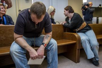 Doživotní trest vězení uložil 16. října 2018 soud v Hradci Králové Jaroslavu Janákovi (vlevo) a jeho exmanželce Petře (vpravo) za vraždu a za pokusy o další. Potrestal je tak za loupežnou vraždu muže u Lázní Bělohrad na Jičínsku, za přípravu či pokusy vražd dalších tří lidí a za nedovolené ozbrojování. Jejich komplic dostal osm let vězení. Nejzávažnější zločin, kterého se Janákovi dopustili, se stal 31. července 2017, kdy zavraždili padesátiletého muže. Na snímku z 16. října 2018 jsou obžalovaní v jednací síni před začátkem soudního líčení.