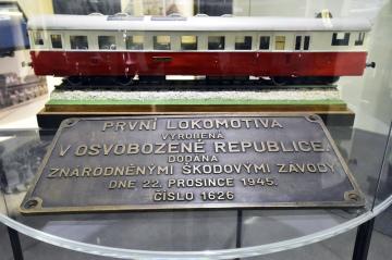 Dochovaná informační cedulka z lokomotivy vyrobené v roce 1945 a model motorového vlaku M262 (v pozadí) na výstavě nazvané Made in Czechoslovakia aneb průmysl, který dobyl svět, která začala 18. října 2018 v Národním technickém muzeu (NTM) v Praze. Kurátoři vybrali 130 exponátů, které ukazují technický a průmyslový vývoj v Československu po celou dobu jeho existence, tedy od roku 1918 do roku 1992.