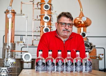 Robert Urbánek (na snímku z 18. října 2018), majitel brněnské řemeslné palírny ginu Little Urban Distillery, vypálil první nápoj podle vlastní receptury v září 2018.