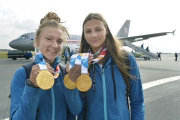 Z Olympijských her mládeže v Buenos Aires přiletěla 20. října 2018 do Prahy česká výprava. Na snímku zlaté medailistky - zleva běžkyně Barbora Malíková a plavkyně Barbora Seemanová.