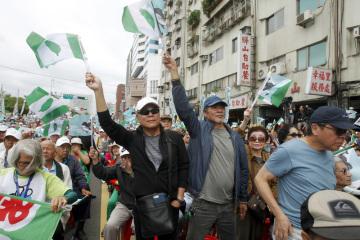 V tchajwanské metropoli Tchaj-pej lidé demonstrují proti tlaku Pekingu a s cílem prosadit referendum o nezávislosti Tchaj-wanu na Číně (snímek z 20. října 2018).