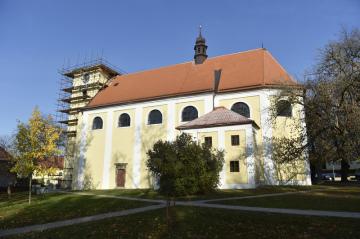 V báni na opravované střeše kostela v Morkovicích-Slížanech na Kroměřížsku (na snímku 22. října 2018) objevili stavbaři několik listin, dvě mince a dvě medaile z 18. století.