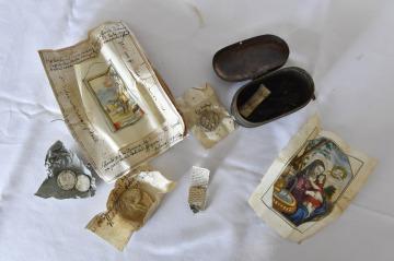 Artefakty, které objevili dělníci při opravách střechy kostela v Morkovicích-Slížanech na Kroměřížsku, na snímku z 22. října 2018. V báni na opravované střeše našli stavbaři několik listin, dvě mince a dvě medaile z 18. století.