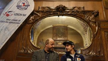 Šéftrenér mužů Filip Marek (vlevo) a lyžař Kryštof Krýzl z Úseku alpských disciplín Svazu lyžařů ČR vystoupili na předsezonní tiskové konferenci 23. října 2018 v Praze.