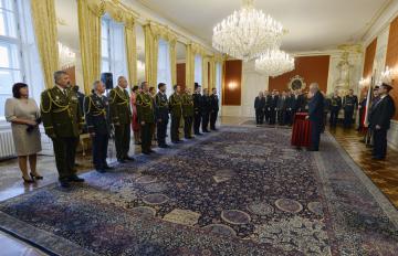 Prezident Miloš Zeman (vpravo u mikrofonu) jmenoval 28. října 2018 nové generály Armády ČR při ceremoniálu v reprezentačních prostorách Pražského hradu.