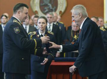 Prezident Miloš Zeman (vpravo) jmenoval 28. října 2018 v Praze nové generály Armády ČR. Vyšší generálskou hodnost obdržel například policejní prezident Tomáš Tuhý (vlevo), má nově hodnost generálporučík.