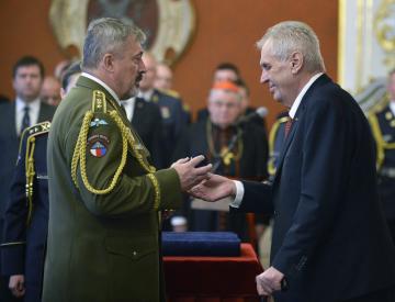 Prezident Miloš Zeman (vpravo) jmenoval 28. října 2018 v Praze nové generály Armády ČR. Náčelník generálního štábu Aleš Opata (vlevo) byl jmenován do nejvyšší vojenské hodnosti armádního generála.