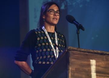 Rumunská režisérka Nora Agapiová převzala 29. října 2018 v závěru mezinárodního festivalu dokumentárních filmů Ji.hlava ocenění pro nejlepší film východní a střední Evropy, kterým se stal její snímek Timebox.