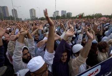 Pákistánský nejvyšší soud osvobodil křesťanku, která byla v roce 2010 odsouzena k trestu smrti za urážku islámského proroka Mohameda. Matku čtyř dětí dnes soud nařídil propustit na svobodu. Asia Bibiová byla zatčena v roce 2009 po hádce s muslimskými ženami. Na snímku protesty zastánců islámu.