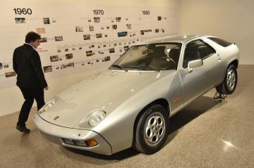 Moravská galerie v Brně představila 1. listopadu 2018 výstavu Jiřího Kuhnerta Sketch the Dream. Brněnský designér, jenž žil v letech 1941 až 1979, pracoval například na návrzích pro automobilku Porsche. Na snímku je automobil Porsche 928, na jehož podobě se Kuhnert podílel.